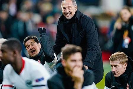Frankfurts Trainer Adi Hütter (M)trifft mit seinem Team im Achtelfinale der Europa League auf den FC Basel. Foto: Uwe Anspach/dpa