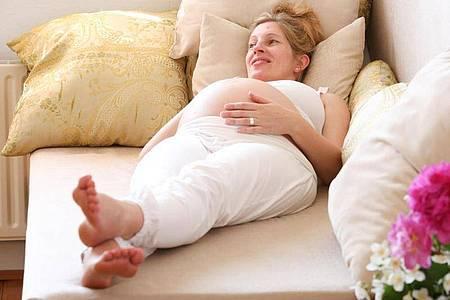 Beine hochlegen und etwas Zehengymnastik:Das hilft, wenn gegen Ende der Schwangerschaft die Füße anschwellen. Foto: Bodo Marks/dpa-tmn
