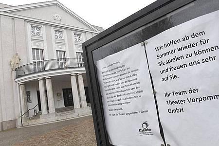 Blick auf den Besuchereingang des geschlossenen Theaters in Stralsund. Foto: Stefan Sauer/dpa-Zentralbild/dpa