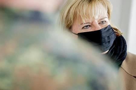 Eva Högl, Wehrbeauftragte des Deutschen Bundestages, im Gespräch mit Soldaten. Foto: Christoph Soeder/dpa