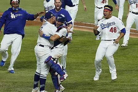 Die Los Angeles Dodgers feiern ihren Sieg gegen die Tampa Bay Rays. Foto: Tony Gutierrez/AP/dpa