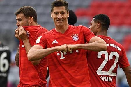 Dank seines Doppelpacks gegen Düsseldorf hat Bayerns Robert Lewandowski nun 300 Scorerpunkte in der Bundesliga auf dem Konto. Foto: Christof Stache/AFP/Pool/dpa