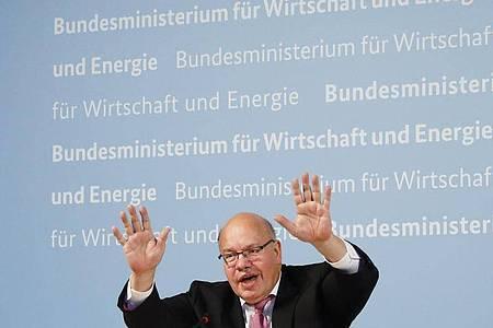 Peter Altmaier, Bundeswirtschaftsminister, winkt nach einer Pressekonferenz zum Biotech-Unternhemnen Curevac zum Abschied.. Foto: Markus Schreiber/AP/POOL/dpa