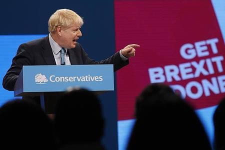 Boris Johnson, Premierminister von Großbritannien, gestikuliert bei seiner Rede auf dem Parteitag der britischen Konservativen in Manchester. Foto: Frank Augstein/AP/dpa