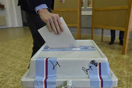 Ein Wähler wirft seinen Stimmzettel im tschechischen Brünn in eine Wahlurne. Die Oppositionsparteien haben ihre Mehrheit im Oberhaus des Parlaments ausbauen können. Foto: Václav Šálek/CTK/dpa