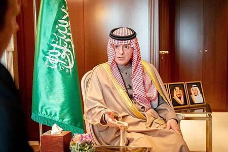 Adel al-Dschubair, Staatsminister für Auswärtiges von Saudi Arabien, spricht bei einem Interview. Foto: Kay Nietfeld/dpa