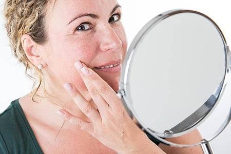 Rötungen im Gesicht sind ein erstes Anzeichen von Rosacea. Foto: Christin Klose/dpa-tmn