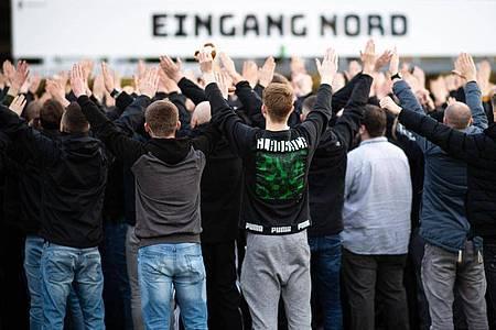 Zahlreiche Gladbach-Fans unterstützten ihr Team vor den Stadioneingängen. Foto: Jonas Güttler/dpa