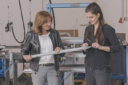Bettina Weiss (r) hat die Geschätsfürung bei SWO Werkzeug und Formenbau von ihrer Mutter übernommen. Foto: Martin Kießling/ZDF/dpa