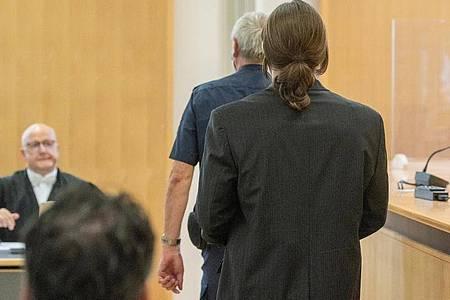 Der Angeklagte (r) geht in den Verhandlungssaal des Landgerichts. Acht Jahre nach dem gewaltsamen Tod von Maria Baumer hat der Mordprozess gegen ihren Verlobten begonnen. Foto: Armin Weigel/dpa