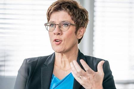 Die CDU-Vorsitzende Annegret Kramp-Karrenbauer spricht in Berlin. Foto: Michael Kappeler/dpa