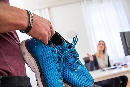 Manchmal reicht ein kleiner Stupser: Wer sich die Laufschuhe schon bereit gelegt hat, setzt die geplante Jogging-Runde eher in die Tat um. Foto: Christin Klose/dpa-tmn