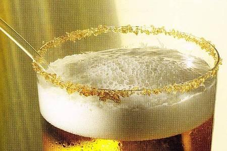 Zum weißen Rum, braunem Zucker und der Limette kommt auch noch ein Pils - und fertig ist die Caibierinha. Eiswürfel statt Crushed Ice sorgen dafür, dass das Bier nicht so schnell verwässert, rät Barmeister Ralph Diehl. Foto: Ralph Diehl/Knürr Verlag/dpa-tmn