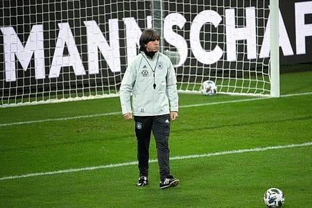 Bundestrainer Joachim Löw versammelt die Nationalmannschaft in Leipzig um sich - und bereitet sich dort auf die Partien gegen die Ukraine, Spanien und Tschechien vor. Foto: Federico Gambarini/dpa