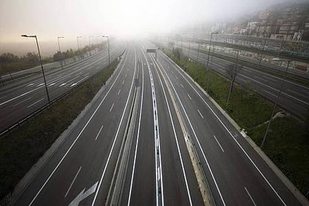 Leere Autobahn in Richtung Barcelona: Spanien hat eine zweiwöchige Ausgangssperre ausgerufen. Foto: Emilio Morenatti/AP/dpa