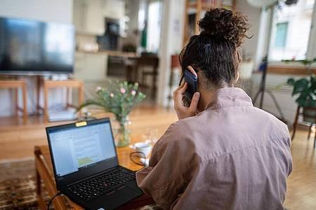 Während der Corona-Krise haben sich viele Arbeitnehmer an das Homeoffice gewöhnt. Vor einer Rückkehr ins Büro ist es daher wichtig, die Vor- und Nachteile im Betrieb zu diskutieren. Foto: Sebastian Gollnow/dpa
