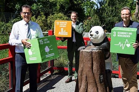 Gerd Müller (CSU), Entwicklungsminister (l-r), Andreas Knieriem, Direktor von Zoo in Berlin, und Eckart von Hirschhausen werben für den Erhalt der Artenvielfalt. Foto: Bernd von Jutrczenka/dpa