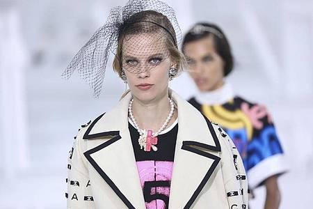 Entwürfe von Chanel bei der Modewoche in Paris. Foto: Vianney Le Caer/Invision/AP/dpa