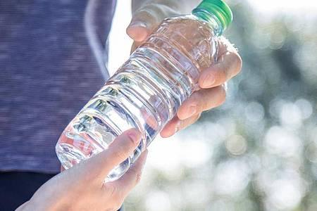 Idealerweise haben Sportlerinnen und Sportler zu Beginn der Belastung einen ausgeglichenen Flüssigkeitshaushalt. Foto: Christin Klose/dpa-tmn