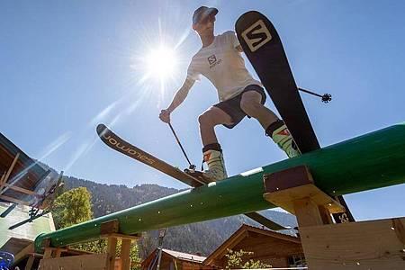 David Zehentner, Ski-Freestyler, trainiert auf seiner selbstgebauten Mini-Schanze und den dazugehörigen Rails im Garten seines Elternhauses. Foto: Peter Kneffel/dpa