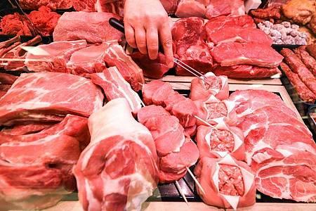 Verschiedene Sorten Schweinefleisch und Rindfleisch liegen n einer Fleischtheke in einem Supermarkt. Foto: Jan Woitas/dpa-Zentralbild/dpa