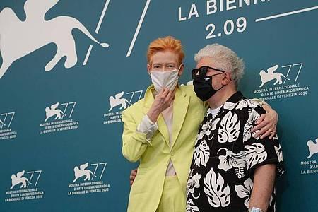Pedro Almodóvar (r), Regisseur aus Spanien, und Tilda Swinton, Schauspielerin aus Großbritannien, mit Masken beim Filmfest in Venedig. Foto: Domenico Stinellis/AP/dpa