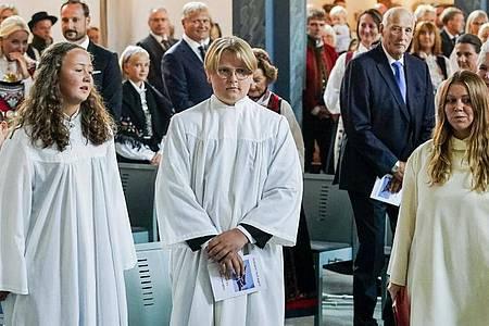 Sverre Magnus (M), Prinz von Norwegen, feierte zusammen mit anderen Konfirmanden seine Konfirmation in der Kirche von Asker. Foto: Lise Aserud/NTB scanpix/AP/dpa