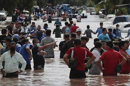 «Eta», der am 3. November als Hurrikan der Kategorie 4 über Nicaragua hinwegfegte, hat sich zwar zunächst zu einem tropischen Regensturm zurückentwickelt, bewegt sich jedoch derart langsam und wirft so viel Regen ab, dass weite Teile Mittelamerikas in höchster Alarmbereitschaft bleiben. Foto: Delmer Martinez/AP/dpa