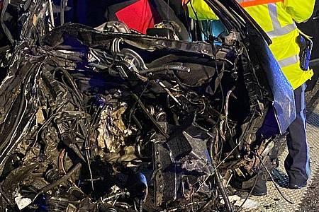 Nach einem Unfall auf der A99 ist ein Fahrzeug völlig zerstört. Foto: Michael Schmelzer/vifogra/dpa