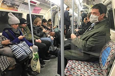 Fahrgast mit Mundschutz in der Londoner U-Bahn. Foto: Kirsty O`connor/PA Wire/dpa