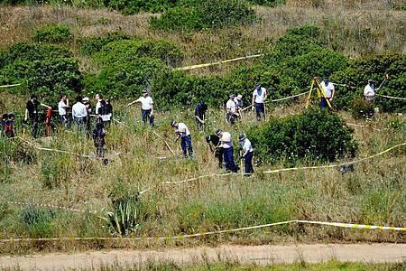 Polizisten aus Großbritannien und aus Portugal durchsuchen das Buschland außerhalb von Praia da Luz im Zuge der Untersuchung im Fall des vermissten britischen Mädchens Madeleine «Maddie» McCann. (Archivbild). Foto: Nick Ansell/PA Wire/dpa