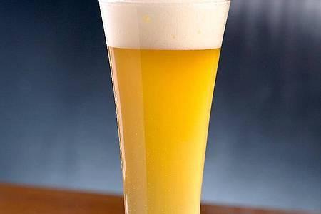 Als After-Dinner-Drink ist ein Weißbier-Mojito angesagt. So nennt Karl Schiffner seine bierige Caipirinha-Variante, bei der neben den klassischen Zutaten belgisches Witbier für Geschmack sorgt. Denn es ist mit Kardamom und Orangenschale gewürzt. Foto: Dr. Werner Schiffner/dpa-tmn
