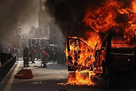 Ein Fahrzeug steht in Flammen. Auch in Mexiko hat es Proteste wegen des Todes eines Mannes nach dessen Festnahme durch die Polizei gegeben. Foto: El Universal/El Universal via ZUMA Wire/dpa