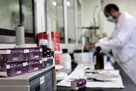 Ein Mitarbeiter des ägyptischen Pharmaunternehmens «Eva Pharma» arbeitet an der Produktion des Wirkstoffs Remdesivir. Foto: Fadel Dawood/dpa