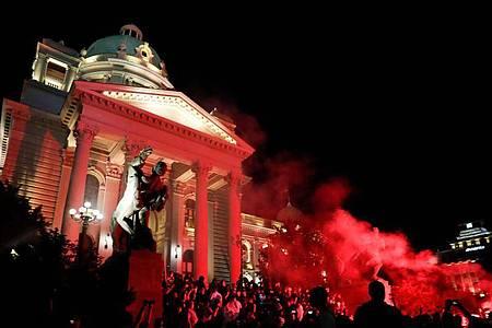 Demonstranten versuchen, in das serbische Parlament einzudringen. Foto: Darko Vojinovic/AP/dpa