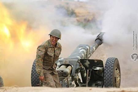 Ein armenischer Soldaten feuerte eine Kanone an. Die Zusammenstöße zwischen armenischen und aserbaidschanischen Streitkräften in der umstrittenen Region Berg-Karabach eskalieren weiter. Das Foto stammt vom armenischen Verteidigungsministerium. Foto: -/Armenian Defense Ministry/AP/dpa