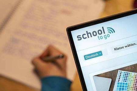 Das Online-Angebot «School to go» soll sowohl Anlaufstelle für Lehrer, Eltern als auch Schüler sein. Foto: Florian Schuh/dpa-tmn