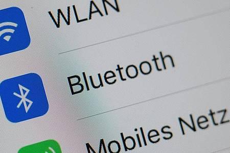 Ab der Bluetooth-Version 4.2 steht Android-Nutzern eine Schnellkoppelfunktion. Die Verbindung mit einem BLE-fähigen Gerät gelingt dann mit einem Fingertipp. Foto: Andrea Warnecke/ dpa-tmn