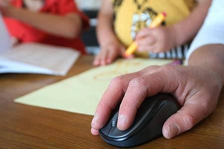 Muss ein Elternteil wegen der Kinderbetreuung zu Hause bleiben, fehlen Arbeitgebern rund elf Prozent der Erwerbstätigen. Das ist das Ergebnis einer Studie. Foto: Karl-Josef Hildenbrand/dpa