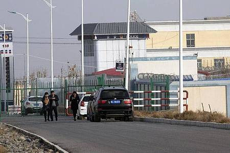 «Artux City Vocational Skills Education Training Service Center» in der westchinesischen Region Xinjiang. Der US-Zoll hat chinesische Produkte aus menschlichem Haar beschlagnahmt, die in Zwangsarbeit hergestellt worden sein sollen. Foto: Ng Han Guan/AP/dpa