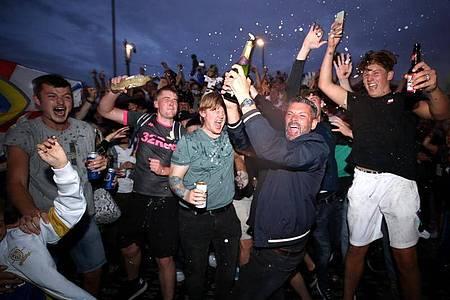 Fans des englischen Fußballclubs Leeds United jubeln vor dem Stadion in der Elland Road über den Aufstieg ihres Vereins. Foto: Nick Potts/PA Wire/dpa