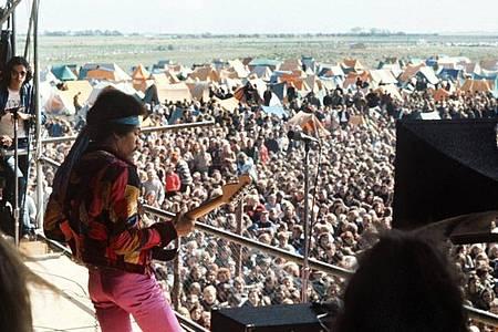 Jimi Hendrix bei seinem Auftritt auf dem Love-and-Peace-Festival auf der Ostsee-Insel Fehmarn. Foto: Dieter Klar/dpa