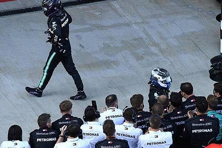 Lewis Hamilton (l) unterstellt der Formel-1-Justiz Willkür. Foto: Kirill Kudryavtsev/Pool AFP/AP/dpa