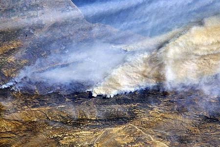 Riesige Rauchwolken sind von der Internationalen Raumstation (ISS) aus über Südkalifornien (USA) zu sehen. Die Waldbrände im Westen der USA sind aus Expertensicht auch eine Folge des Klimawandels. Foto: Randy Bresnik/Nasa/dpa