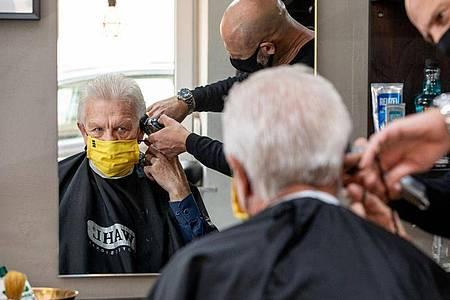 Winfried Kretschmann (Bündnis 90/Die Grünen) beim Friseur - selbstverständlich mit Maske. Foto: Staatsministerium/Staatsministerium Baden-Württemberg/dpa