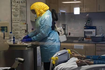 Die Belastung von Krankenschwestern durch Covid-19-Patienten in den USA nimmt wieder zu. Foto: Jae C. Hong/AP/dpa