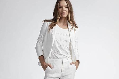 Edel und clean wirkt diese komplett in weiß gehaltene Kombination von Oui (Jacke ca. 120 Euro, Shirt ca. 50 Euro, Hose ca. 100 Euro). Foto: Oui/dpa-tmn