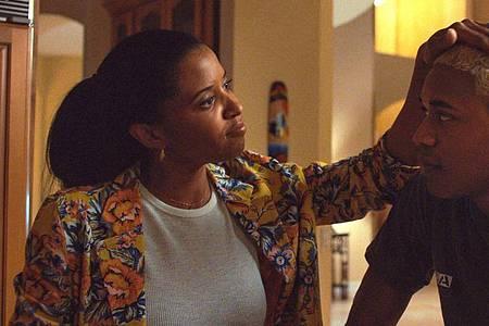 Renee Elise Goldsberry (als Catharine) legt Kelvin Harrison Jr. (als Tyler) die Hand auf den Kopf. Foto: Courtesy Of A24/Universal Pictures/dpa