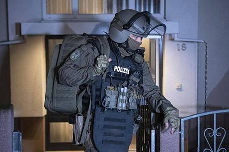 InFrankfurt haben SEK-Beamte eineWohnung durchsucht. Foto: Boris Roessler/dpa