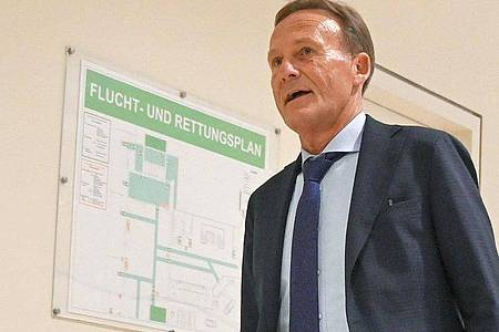 BVB-Geschäftsführer Hans-Joachim Watzke auf dem Weg zur DFL-Mitgliederversammlung. Foto: Arne Dedert/dpa